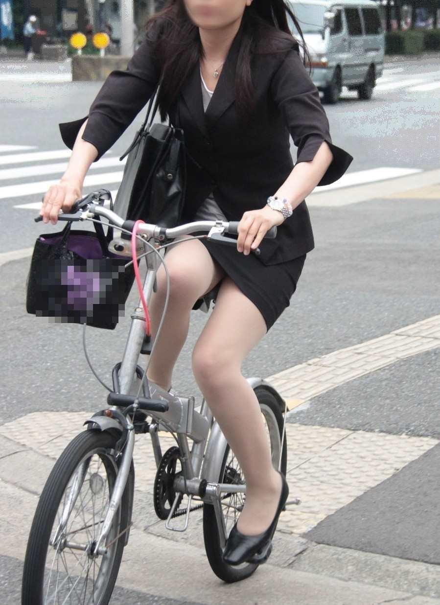 タイトスカートの自転車OLのスリット盗撮エロ画像13枚目