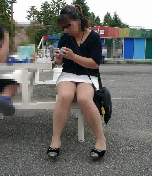 素人OLが公園で昼食中の無防備なパンストパンチラのエロ画像3枚目
