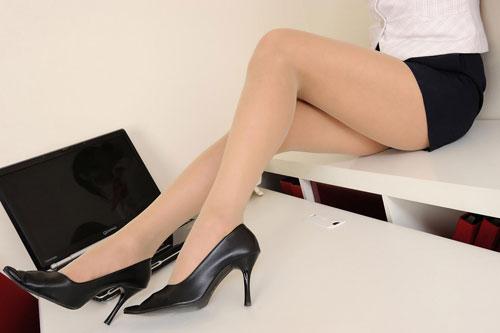 美脚OLの足蹴りで穴が空きそうな尖ったハイヒールのエロ画像1枚目