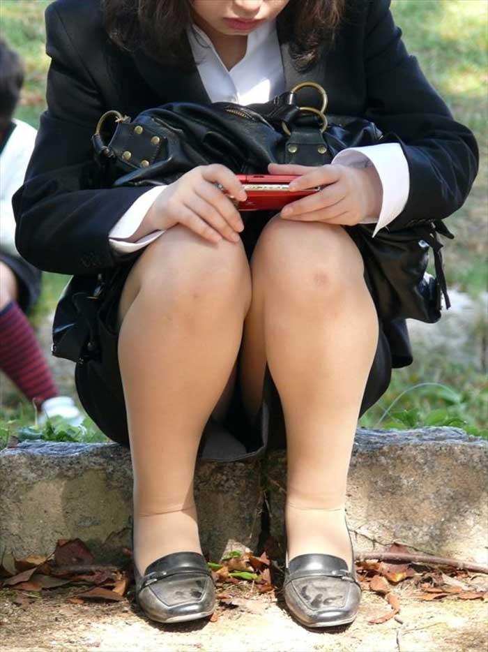 リクスーOLの靴擦れしてしまった脚で就活回りの盗撮エロ画像6枚目