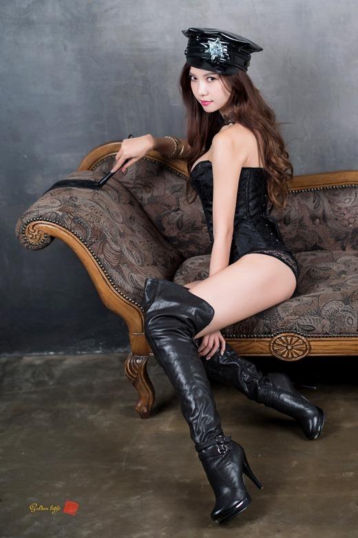 ミニスカパンチラと革のブーツがエロいOL画像6枚目
