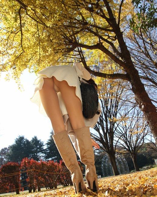 ミニスカパンチラと革のブーツがエロいOL画像11枚目
