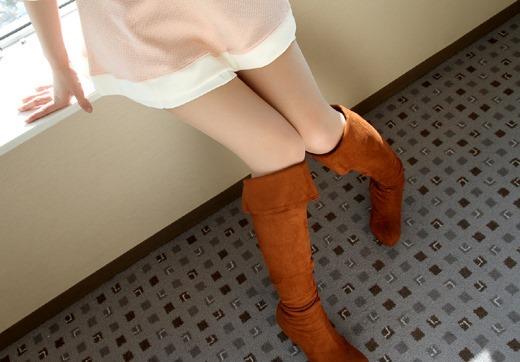 ミニスカパンチラと革のブーツがエロいOL画像15枚目