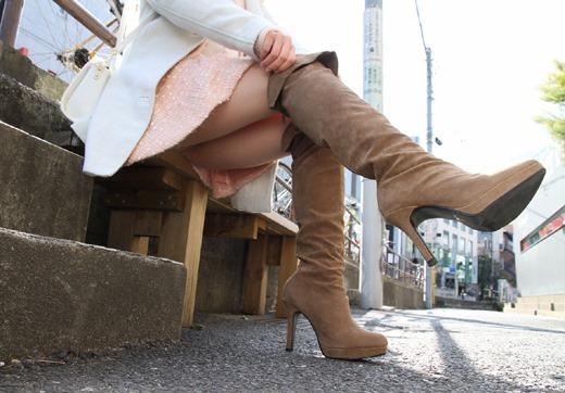 ミニスカパンチラと革のブーツがエロいOL画像16枚目