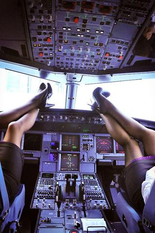 素人CAの機内で突き出された食い込んだ巨尻の盗撮エロ画像3枚目
