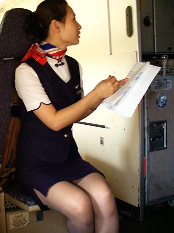 素人CAの機内で突き出された食い込んだ巨尻の盗撮エロ画像6枚目