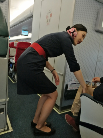 素人CAの機内で突き出された食い込んだ巨尻の盗撮エロ画像7枚目
