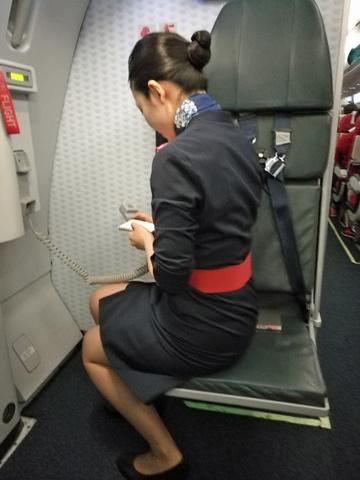 素人CAの機内で突き出された食い込んだ巨尻の盗撮エロ画像8枚目