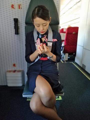 素人CAの機内で突き出された食い込んだ巨尻の盗撮エロ画像9枚目