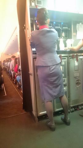 素人CAの機内で突き出された食い込んだ巨尻の盗撮エロ画像10枚目