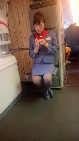 素人CAの機内で突き出された食い込んだ巨尻の盗撮エロ画像11枚目