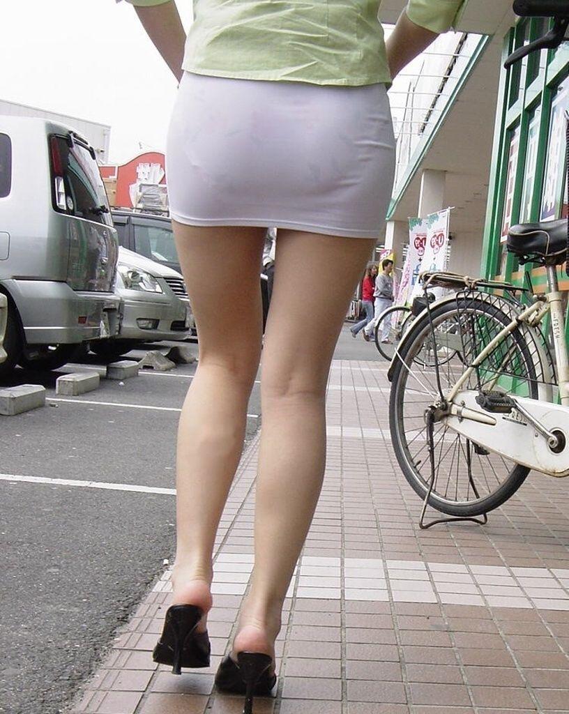 素人OLタイトスカートの中を下から覗いた野外盗撮エロ画像14枚目