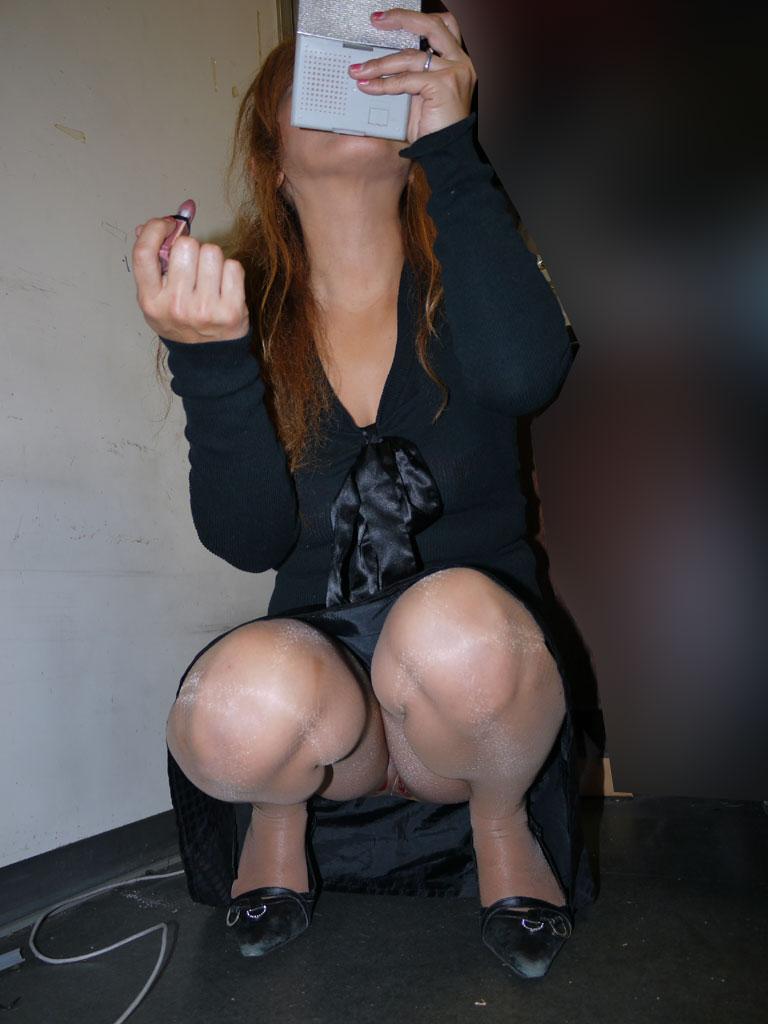 新人OLをセクハラ調教中のタイトスカート三角露出エロ画像2枚目