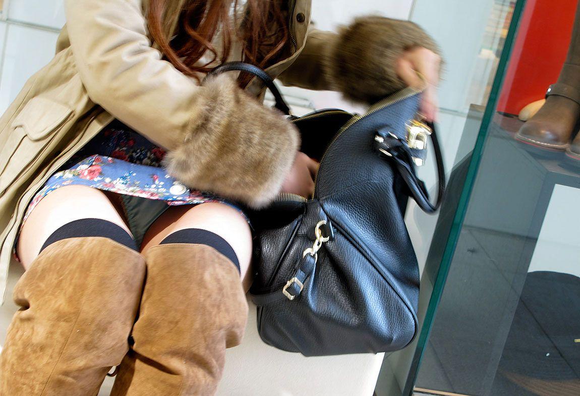 新人OLをセクハラ調教中のタイトスカート三角露出エロ画像3枚目