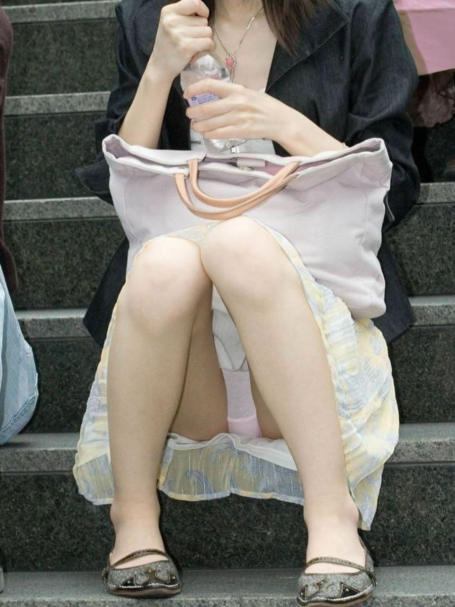 新人OLをセクハラ調教中のタイトスカート三角露出エロ画像15枚目