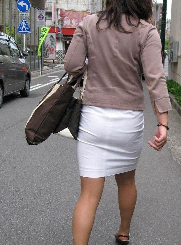 派手なOLのブランドバッグに透けタイトスカートのエロ画像2枚目