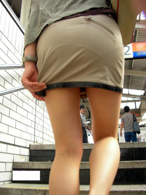 派手なOLのブランドバッグに透けタイトスカートのエロ画像4枚目