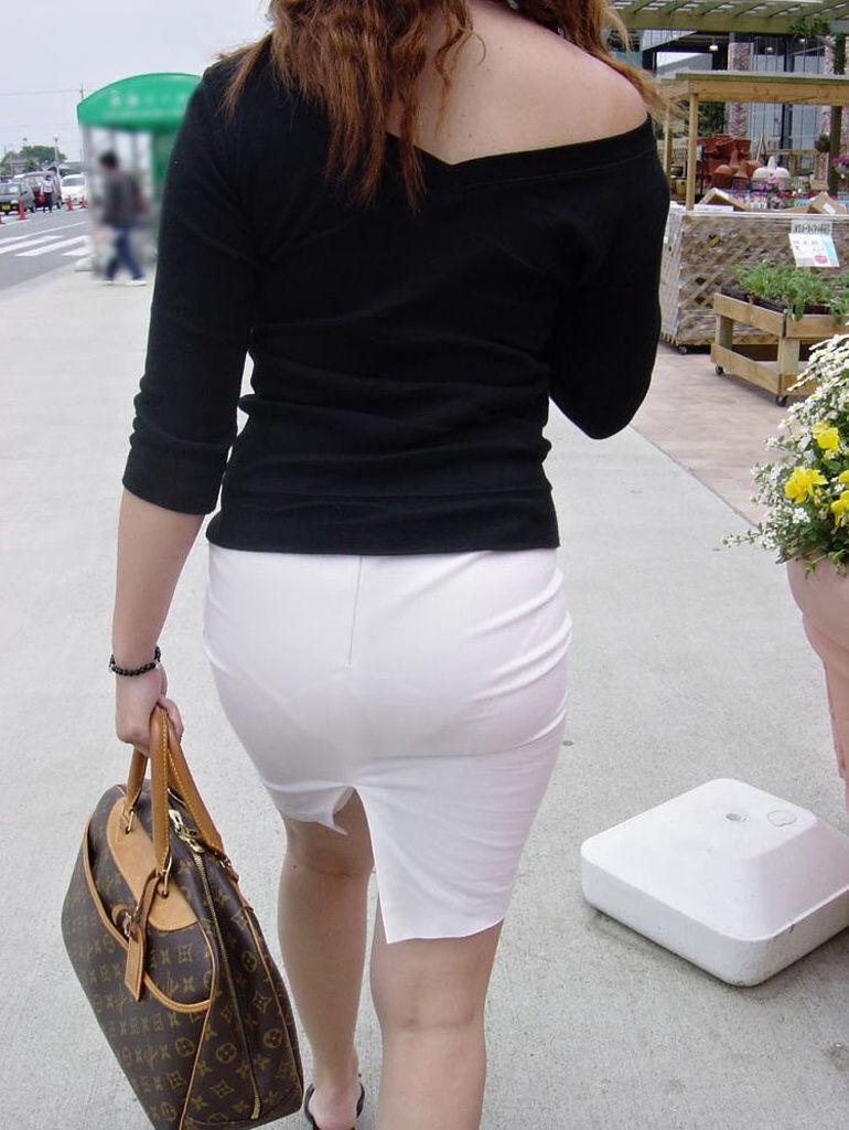 派手なOLのブランドバッグに透けタイトスカートのエロ画像8枚目