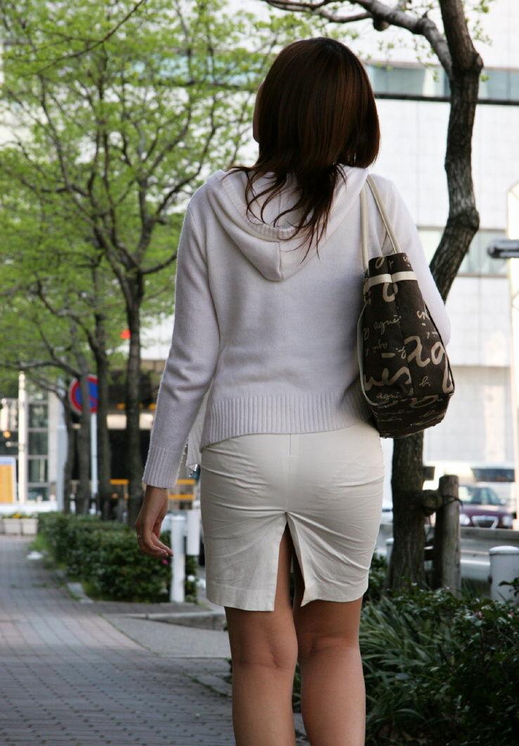 派手なOLのブランドバッグに透けタイトスカートのエロ画像10枚目