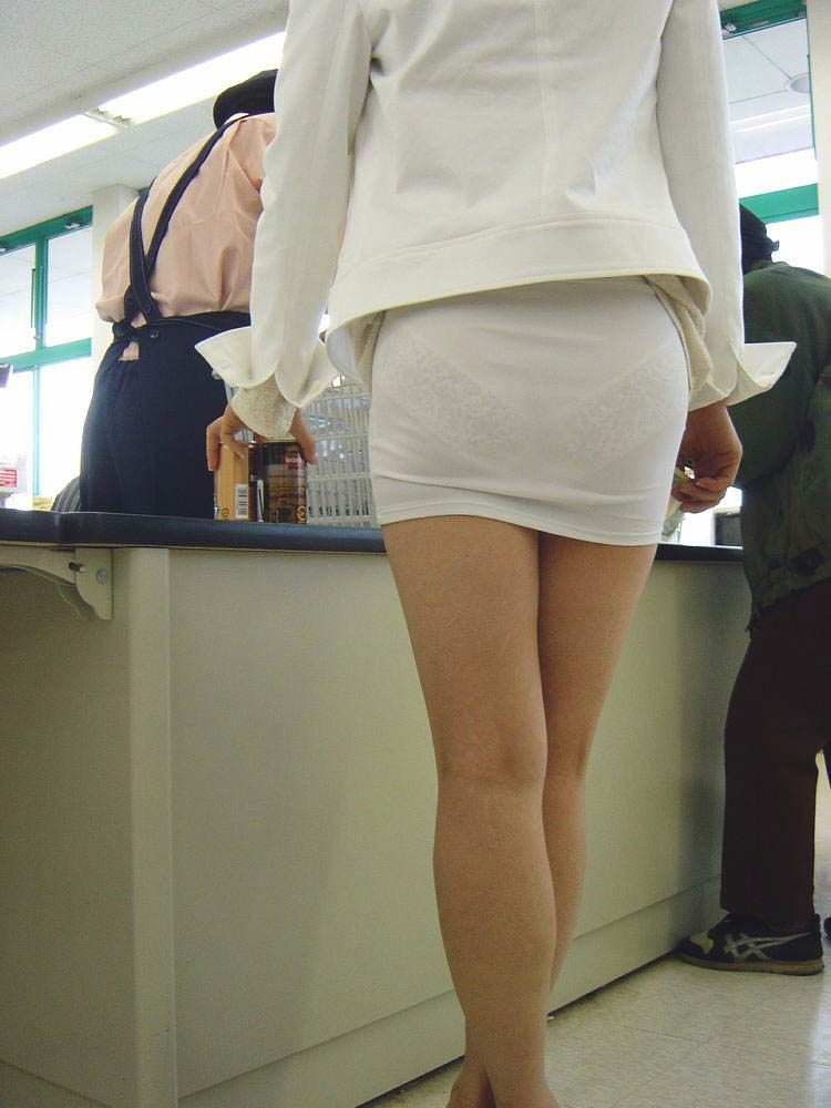 派手なOLのブランドバッグに透けタイトスカートのエロ画像13枚目