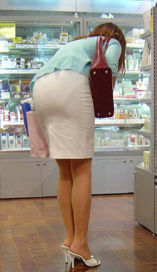 派手なOLのブランドバッグに透けタイトスカートのエロ画像15枚目