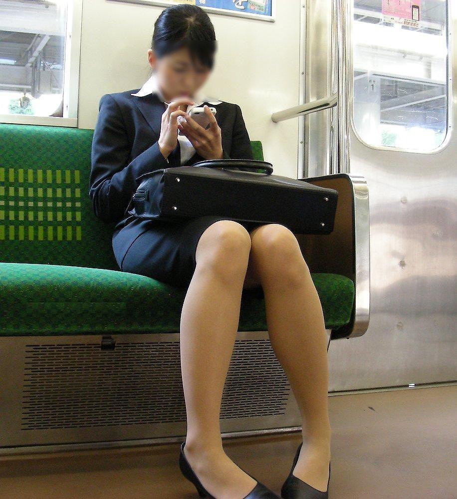 今だけ真面目そうな就活OLの電車内盗撮エロ画像1枚目