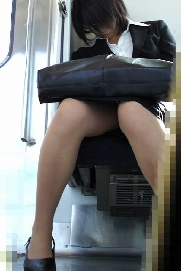 今だけ真面目そうな就活OLの電車内盗撮エロ画像3枚目