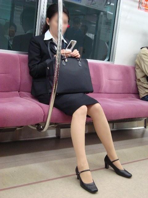 今だけ真面目そうな就活OLの電車内盗撮エロ画像5枚目