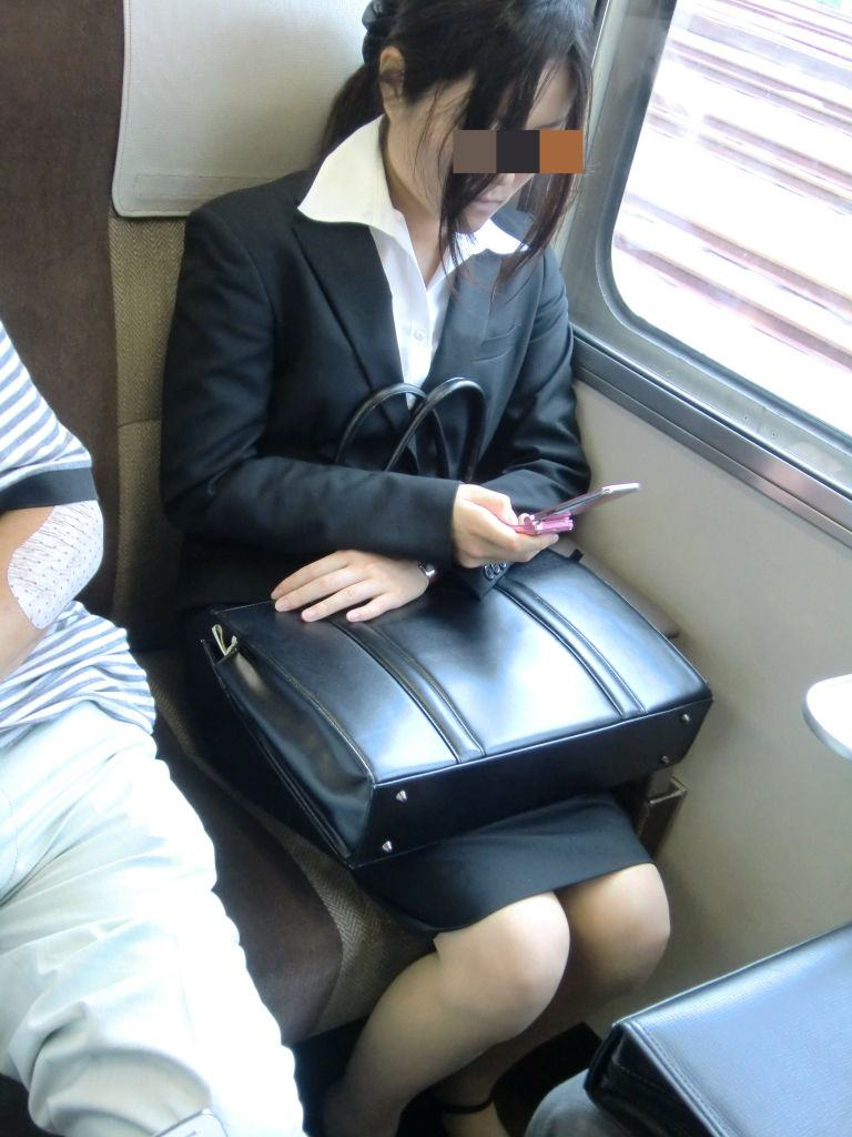 今だけ真面目そうな就活OLの電車内盗撮エロ画像7枚目