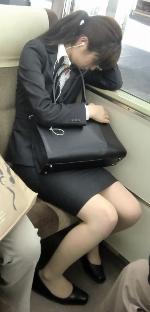 今だけ真面目そうな就活OLの電車内盗撮エロ画像8枚目