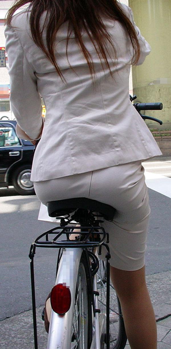 白スーツの自転車OLパンティライン盗撮エロ画像1枚目