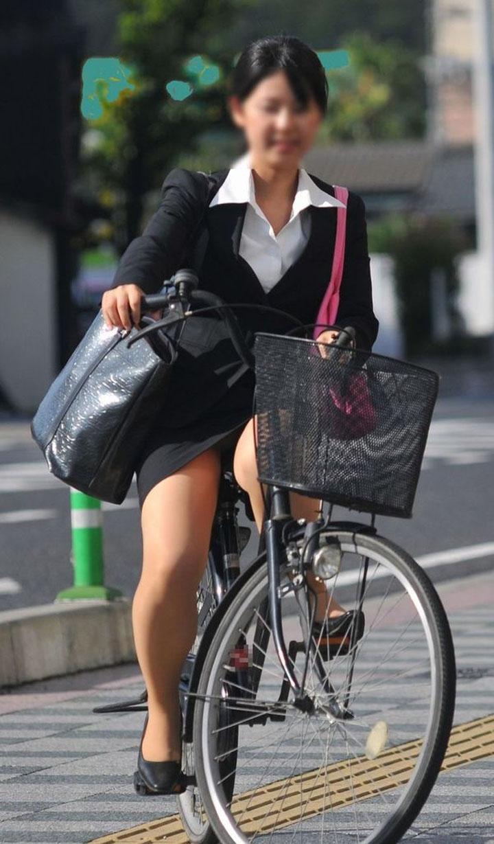 白スーツの自転車OLパンティライン盗撮エロ画像2枚目