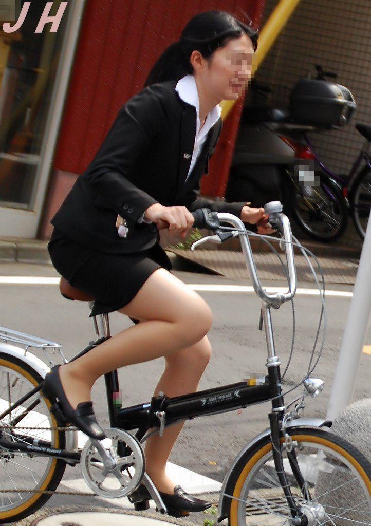 白スーツの自転車OLパンティライン盗撮エロ画像3枚目