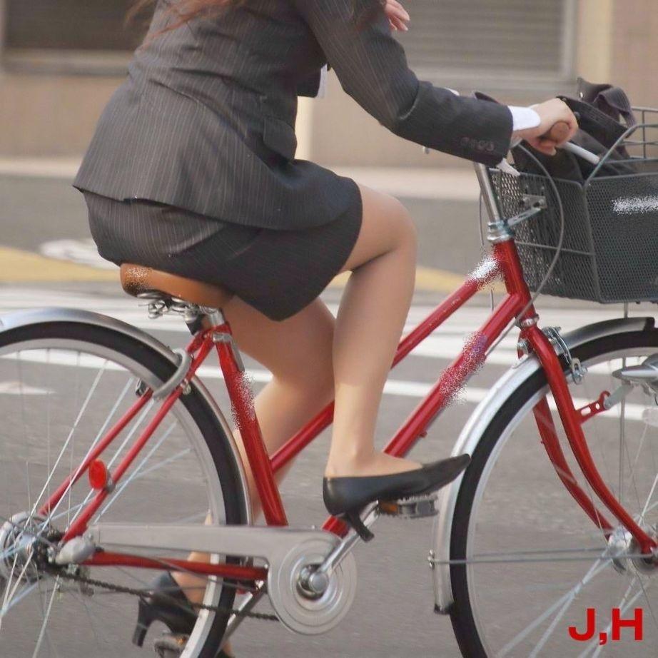 白スーツの自転車OLパンティライン盗撮エロ画像4枚目