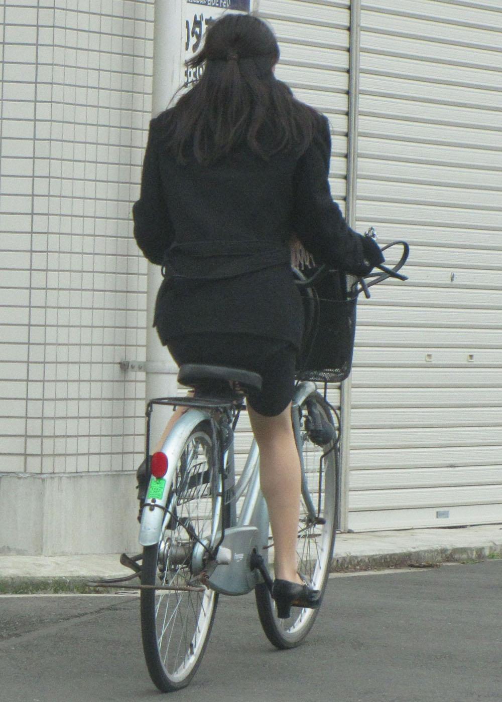 白スーツの自転車OLパンティライン盗撮エロ画像6枚目