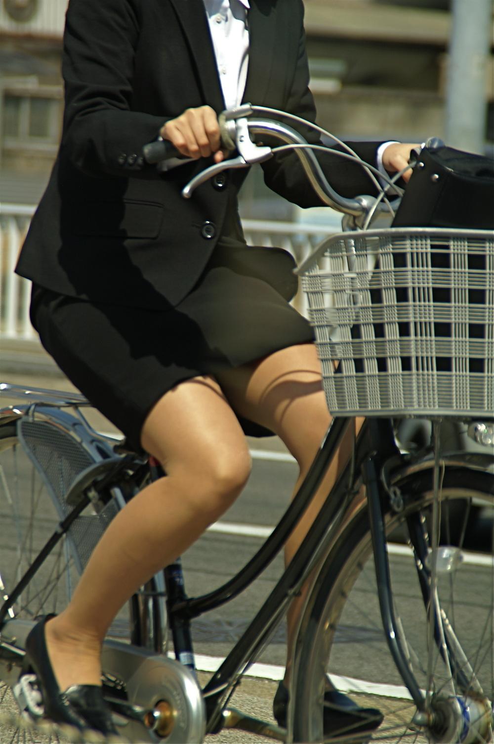 白スーツの自転車OLパンティライン盗撮エロ画像8枚目