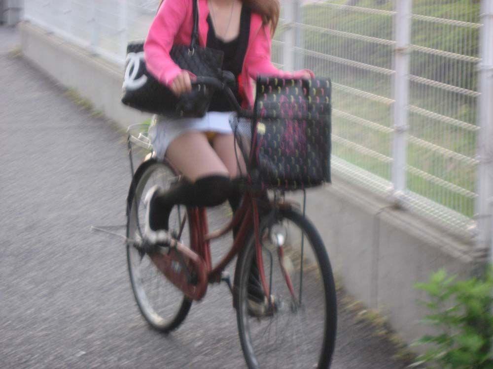 白スーツの自転車OLパンティライン盗撮エロ画像9枚目