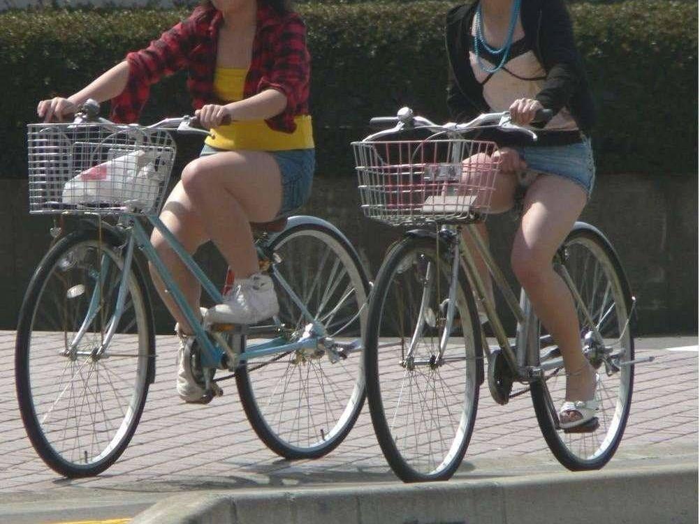 白スーツの自転車OLパンティライン盗撮エロ画像12枚目
