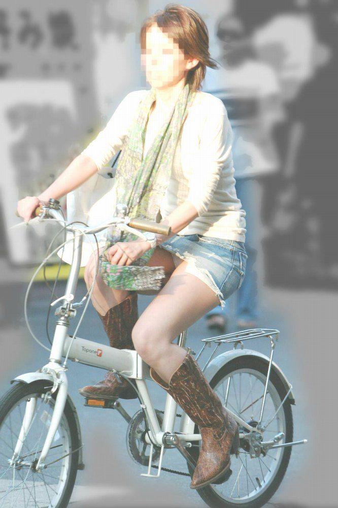 白スーツの自転車OLパンティライン盗撮エロ画像15枚目