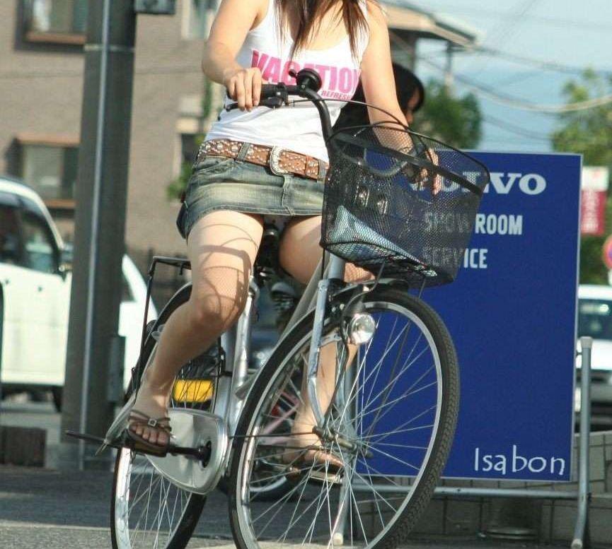 白スーツの自転車OLパンティライン盗撮エロ画像16枚目