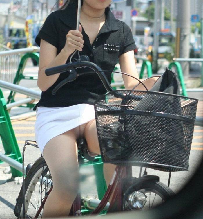 通勤OLの無防備な日傘自転車漕ぎ三角パンチラ盗撮エロ画像1枚目