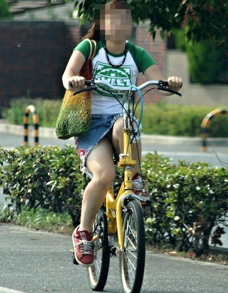 通勤OLの無防備な日傘自転車漕ぎ三角パンチラ盗撮エロ画像4枚目