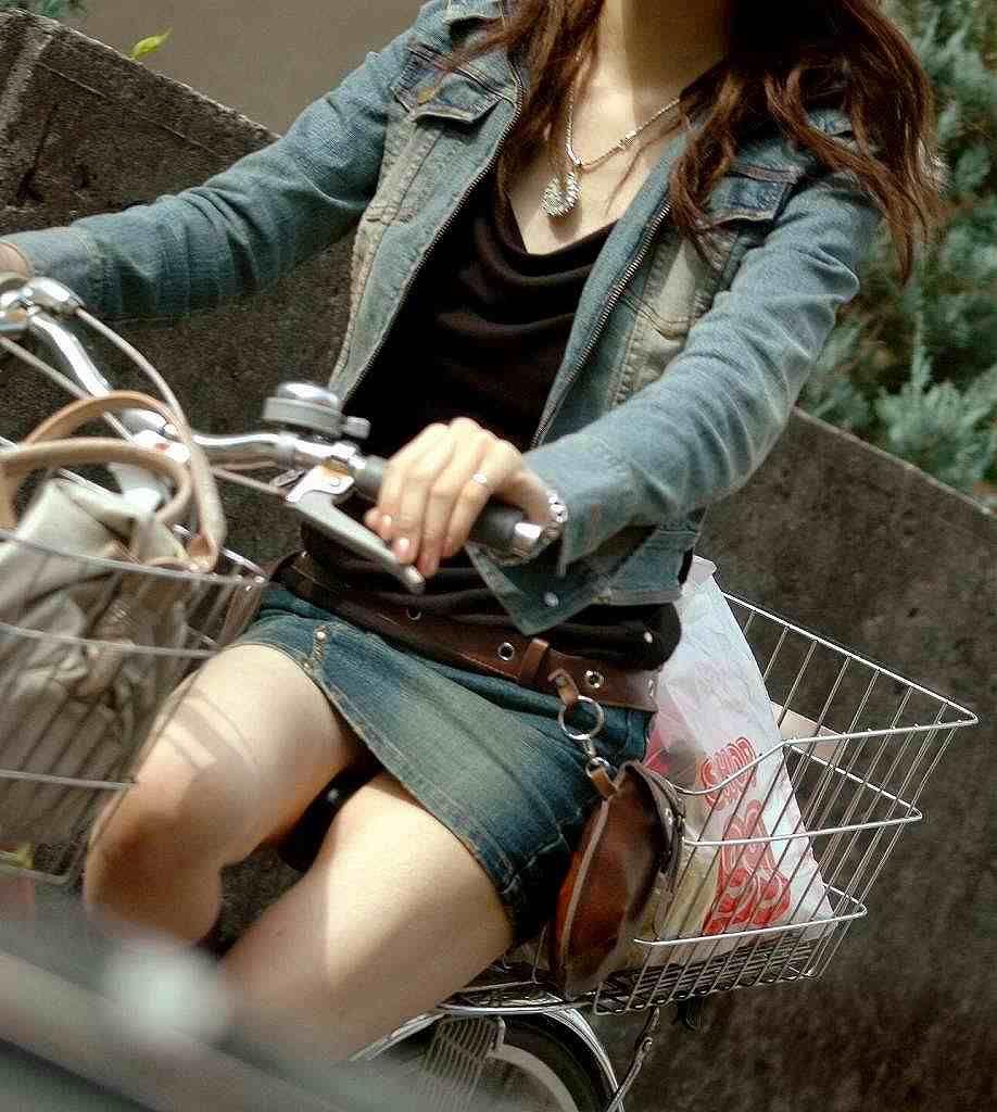 通勤OLの無防備な日傘自転車漕ぎ三角パンチラ盗撮エロ画像5枚目