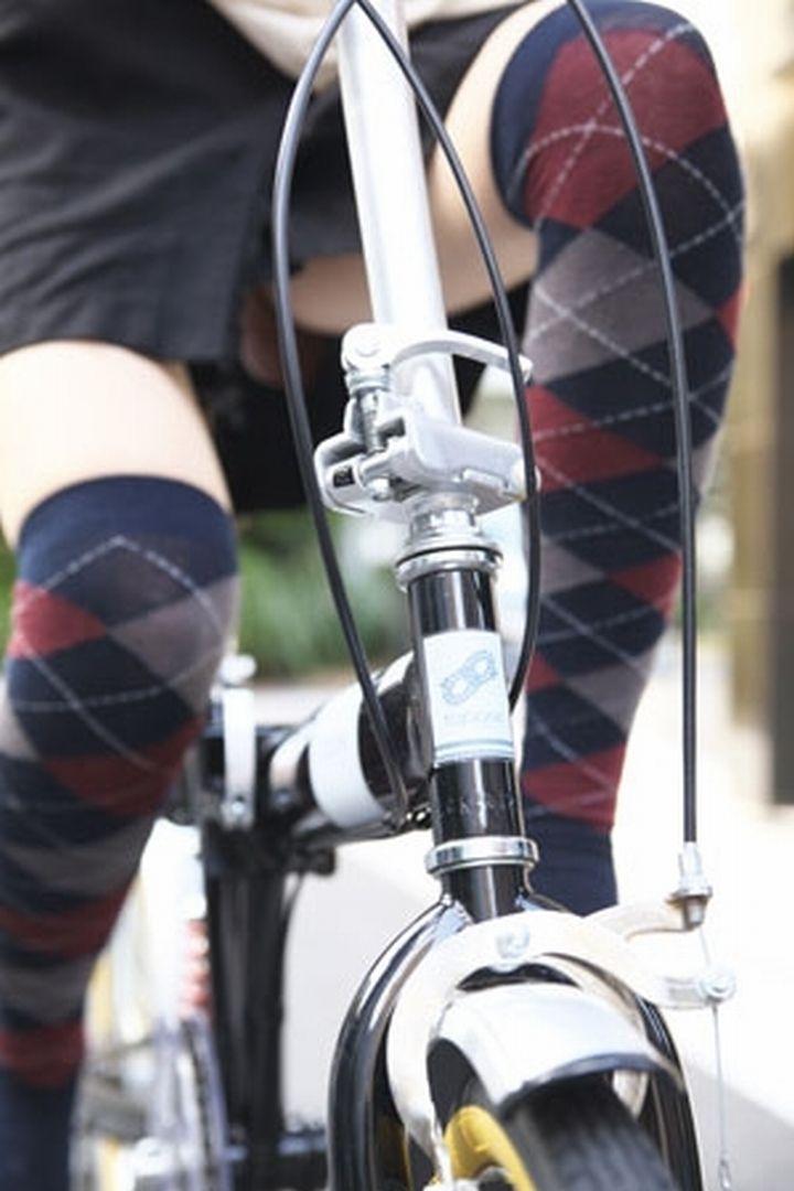 通勤OLの無防備な日傘自転車漕ぎ三角パンチラ盗撮エロ画像6枚目