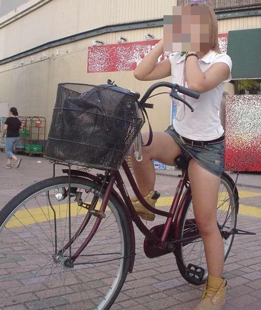 日傘自転車OLの漕ぎ三角パンチラ盗撮エロ画像8枚目