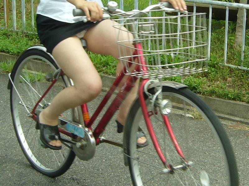 通勤OLの無防備な日傘自転車漕ぎ三角パンチラ盗撮エロ画像9枚目