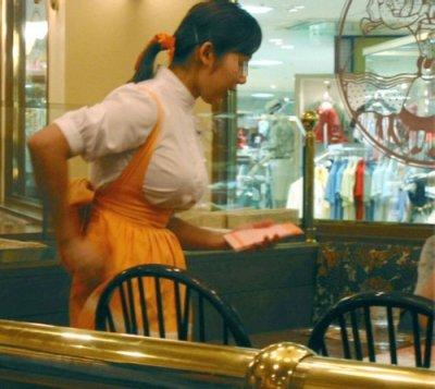 素人ファミレス店員の職業制服パンチラ盗撮エロ画像3枚目