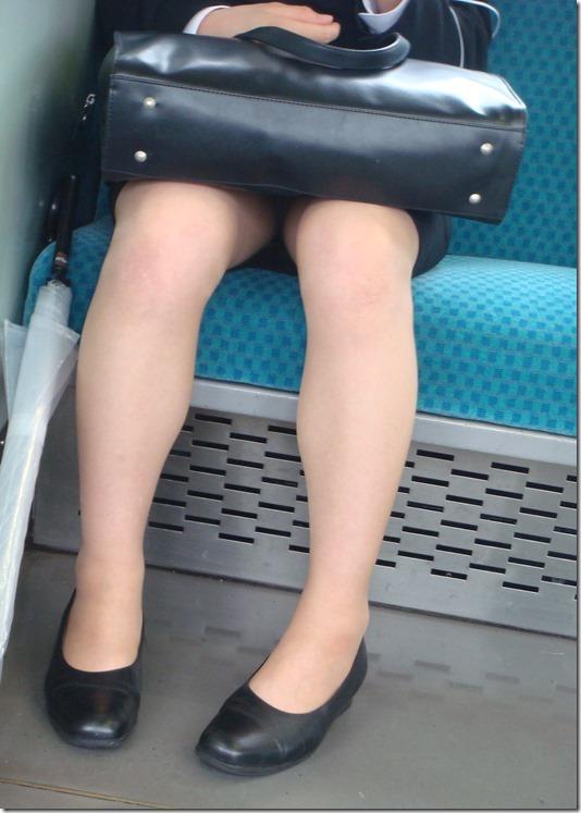 OL達の電車内で狙われたリクスー三角ストーカー盗撮エロ画像1枚目