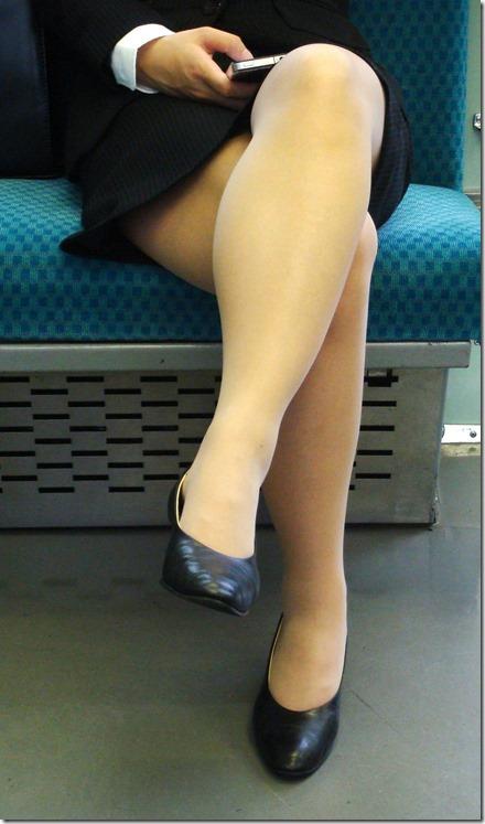 OL達の電車内で狙われたリクスー三角ストーカー盗撮エロ画像10枚目
