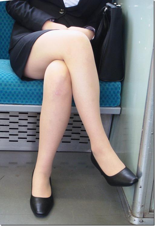 OL達の電車内で狙われたリクスー三角ストーカー盗撮エロ画像14枚目
